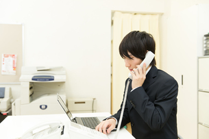 オフィスのビジネスマンの写真素材 [FYI00491166]