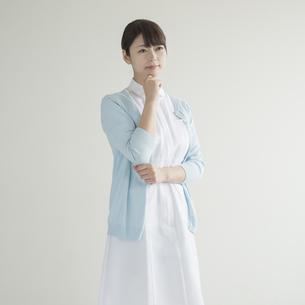考え事をする看護師の写真素材 [FYI00491239]