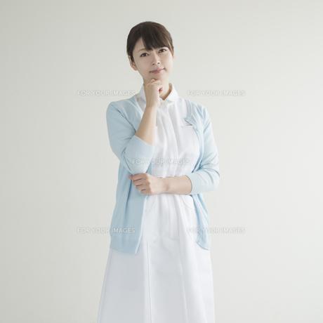 考え事をする看護師の素材 [FYI00491240]