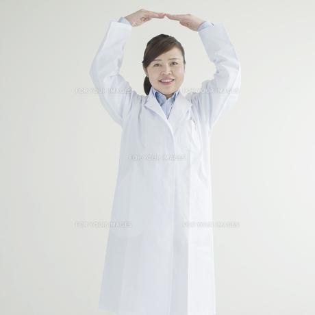 マルのポーズをする女医の写真素材 [FYI00491242]