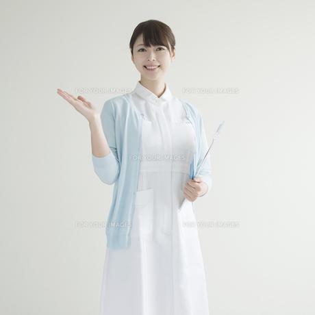 片手を挙げる看護師の写真素材 [FYI00491246]