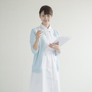 体温計とカルテを持つ看護師の素材 [FYI00491249]