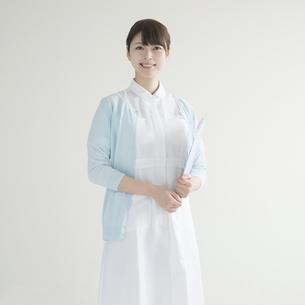 カルテを持ち微笑む看護師の写真素材 [FYI00491250]