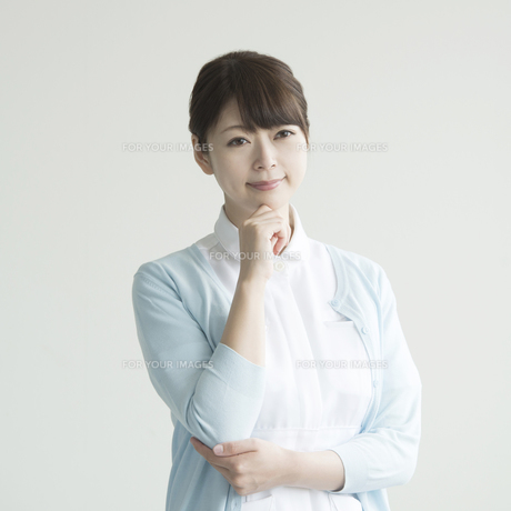 考え事をする看護師の素材 [FYI00491256]