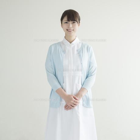 微笑む看護師の写真素材 [FYI00491259]