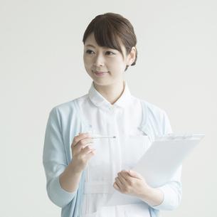 体温計とカルテを持つ看護師の素材 [FYI00491260]