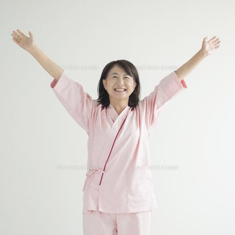 両手を広げ微笑む患者の写真素材 [FYI00491261]