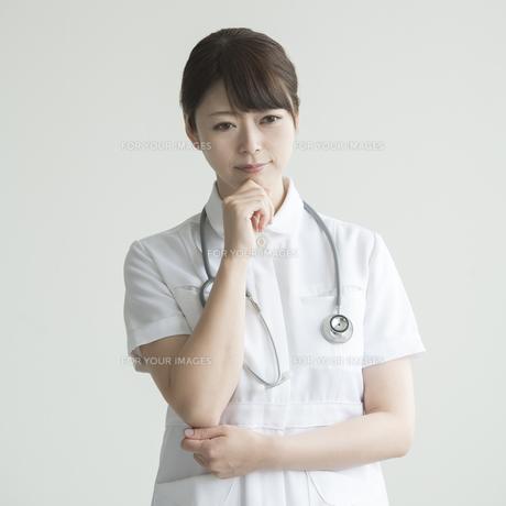 考え事をする看護師の写真素材 [FYI00491266]
