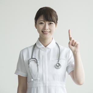 指差しをする看護師の写真素材 [FYI00491270]