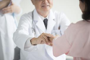 患者の脈を測る医者の素材 [FYI00491271]