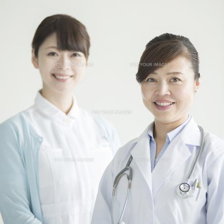 微笑む女医と看護師の素材 [FYI00491278]