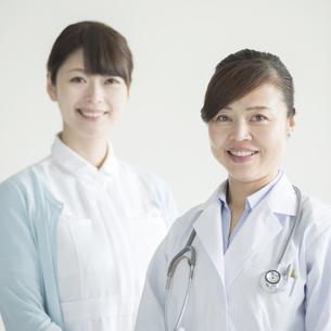 微笑む女医と看護師の写真素材 [FYI00491278]