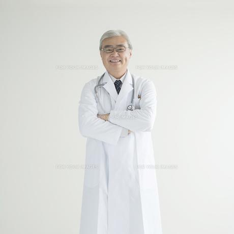 腕組みをする医者の写真素材 [FYI00491283]