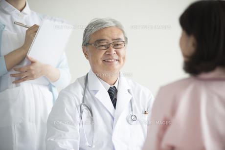 患者の診察をする医者の素材 [FYI00491284]