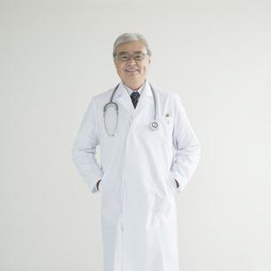 微笑む医者の写真素材 [FYI00491286]