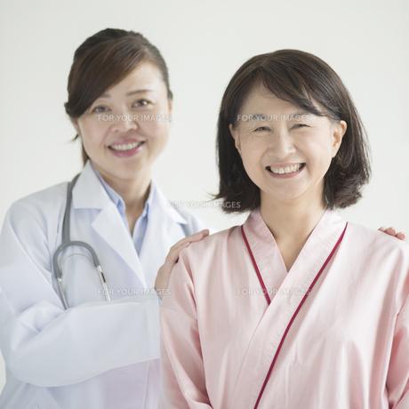 微笑む患者と女医の写真素材 [FYI00491287]