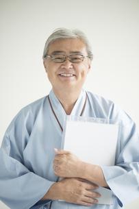 カルテを持ち微笑む患者の写真素材 [FYI00491288]