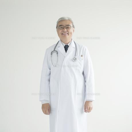 微笑む医者の写真素材 [FYI00491291]