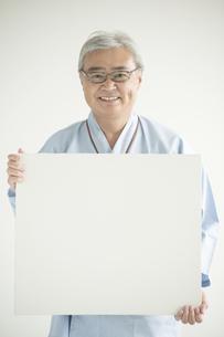 メッセージボードを持ち微笑む患者の写真素材 [FYI00491295]