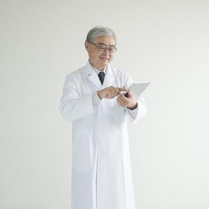 タブレットPCを操作する医者の写真素材 [FYI00491303]