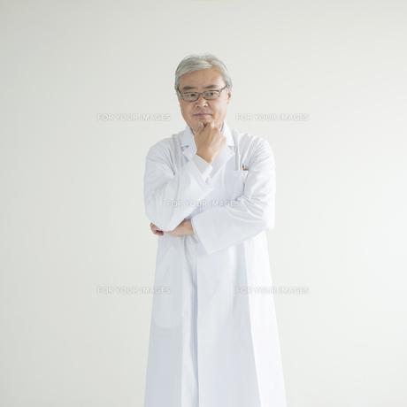 考え事をする医者の写真素材 [FYI00491305]