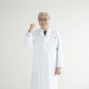 ガッツポーズをする医者の写真素材 [FYI00491306]