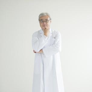 考え事をする医者の写真素材 [FYI00491311]