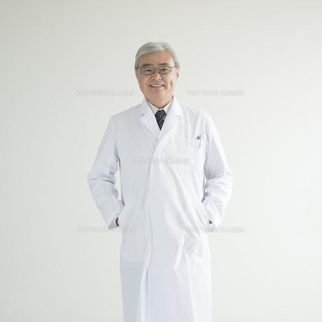 微笑む医者の写真素材 [FYI00491317]