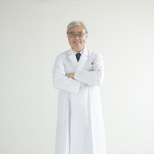 腕組みをする医者の写真素材 [FYI00491320]