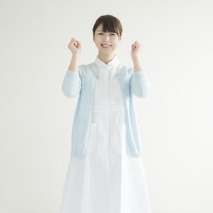 ガッツポーズをする看護師の写真素材 [FYI00491330]