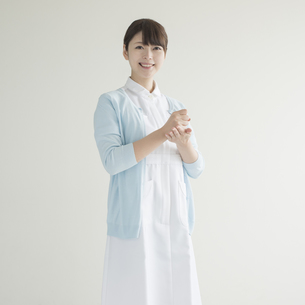 閃いたポーズをする看護師の写真素材 [FYI00491333]