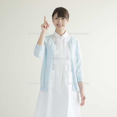 指差しをする看護師の写真素材 [FYI00491334]