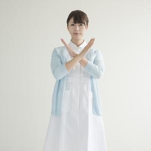 バツのポーズをする看護師の写真素材 [FYI00491337]