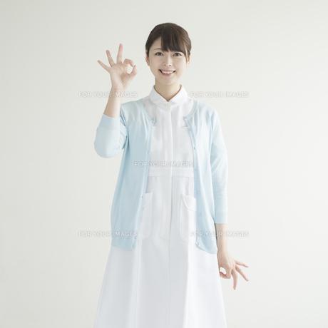 OKポーズをする看護師の写真素材 [FYI00491338]