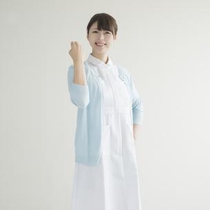 ガッツポーズをする看護師の写真素材 [FYI00491341]