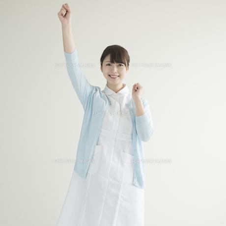 ガッツポーズをする看護師の写真素材 [FYI00491343]