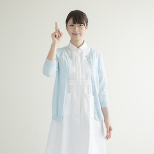 指差しをする看護師の写真素材 [FYI00491345]