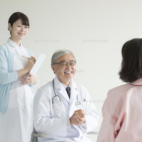 患者と話をする医者と看護師の写真素材 [FYI00491346]