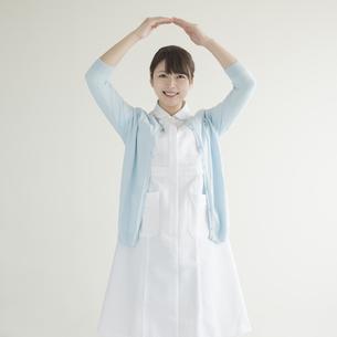 マルのポーズをする看護師の写真素材 [FYI00491347]