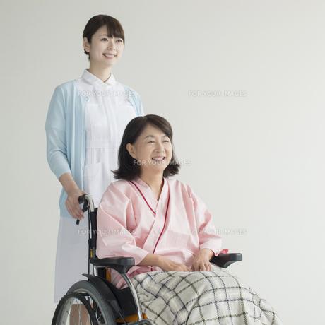 患者の乗る車椅子を押す看護師の写真素材 [FYI00491348]