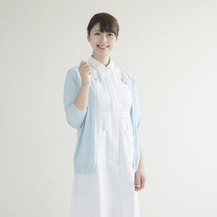 歯ブラシを持ち微笑む歯科衛生士の写真素材 [FYI00491351]