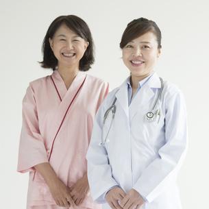 微笑む女医と患者の写真素材 [FYI00491355]
