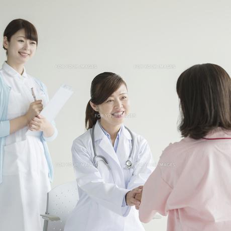 患者と話をする女医と看護師の素材 [FYI00491356]
