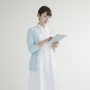 タブレットPCを操作する看護師の写真素材 [FYI00491361]