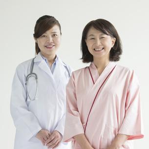 微笑む女医と患者の写真素材 [FYI00491362]