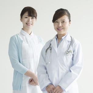 微笑む女医と看護師の写真素材 [FYI00491363]