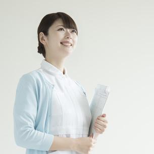 カルテを持ち微笑む看護師の写真素材 [FYI00491364]
