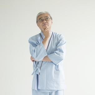 考え事をする患者の写真素材 [FYI00491365]