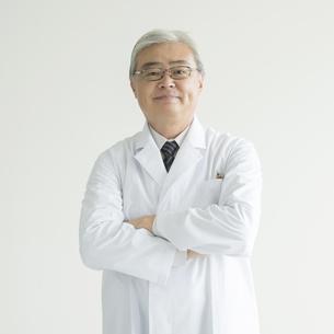 腕組みをする医者の写真素材 [FYI00491366]