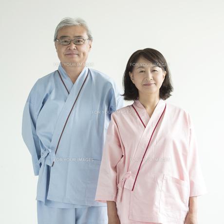 患者衣を着たシニア夫婦の写真素材 [FYI00491372]